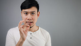 Hombre asiático con el hueso del pollo Imágenes de archivo libres de regalías