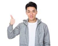 Hombre asiático con el pulgar para arriba Imagen de archivo libre de regalías