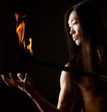 Hombre asiático con la demostración del fuego imagen de archivo libre de regalías