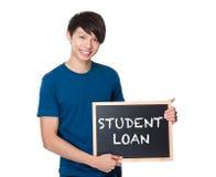 Hombre asiático con la pizarra que muestra la frase del préstamo del estudiante Fotografía de archivo libre de regalías