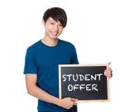 Hombre asiático con la pizarra que muestra oferta del estudiante Fotografía de archivo libre de regalías