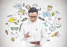 Hombre asiático con la tableta, bosquejo social de los medios fotos de archivo