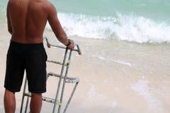 Hombre asiático con las escaleras para el barco de la largo-cola en la playa Fotografía de archivo