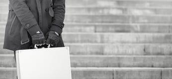 Hombre asiático con una maleta del metal en la ciudad Ca asiático y de plata Foto de archivo