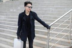 Hombre asiático con una maleta del metal en la ciudad Ca asiático y de plata Fotos de archivo libres de regalías