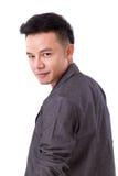 hombre asiático confiado, feliz, positivo que mira sobre sh Imagen de archivo libre de regalías