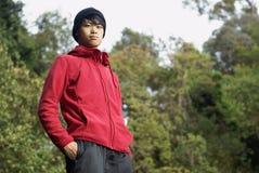 Hombre asiático confidente al aire libre Fotos de archivo