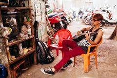 Hombre asiático del artista con la guitarra en el mercado local en Nha Trang Fotografía de archivo
