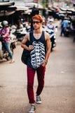 Hombre asiático del artista con la guitarra en el mercado local en Nha Trang Imagenes de archivo