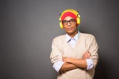Hombre asiático del inconformista en auriculares Fotografía de archivo