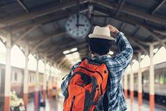 Hombre asiático del viajero con las pertenencia que esperan viaje en tren imagen de archivo