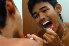 Hombre asiático el aplicar con brocha de dientes Fotografía de archivo