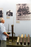 Hombre asiático en el museo los remanente de la guerra, Saigon Imágenes de archivo libres de regalías