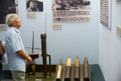 Hombre asiático en el museo los remanente de la guerra, Saigon Imagenes de archivo