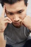 Hombre asiático en la depresión imagenes de archivo