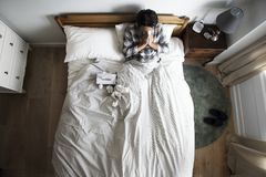 Hombre asiático enfermo que sopla su nariz imagen de archivo libre de regalías