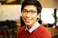 Hombre asiático feliz joven con los vidrios Fotos de archivo