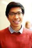 Hombre asiático feliz joven con los vidrios Fotos de archivo libres de regalías