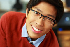 Hombre asiático feliz joven con los vidrios Imágenes de archivo libres de regalías