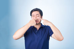Hombre asiático hermoso que exprime la espinilla, acné, Imagenes de archivo