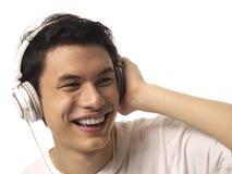 Hombre asiático joven con los auriculares Imágenes de archivo libres de regalías