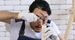 Hombre asiático joven del carpintero almacen de video