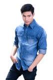 Hombre asiático joven en camisa azul de la mezclilla Imagenes de archivo