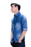 Hombre asiático joven en camisa azul de la mezclilla Foto de archivo