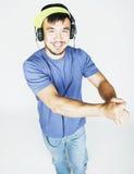 Hombre asiático joven en música que escucha del sombrero y de los auriculares en b blanco Fotos de archivo
