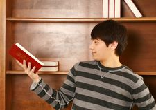 Hombre asiático joven feliz con la biblia Foto de archivo
