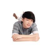 Hombre asiático joven que miente en piso Foto de archivo libre de regalías
