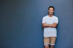 Hombre asiático joven sonriente con una actitud reclinada Fotografía de archivo libre de regalías
