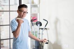 Hombre asiático maduro con pesas de gimnasia en el gimnasio fotografía de archivo libre de regalías