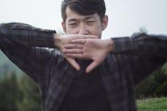 Hombre asiático que bosteza Imagenes de archivo