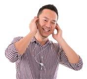 Hombre asiático que escucha el mp3 Imagenes de archivo