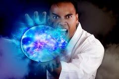 Hombre asiático que hace una bola de fuego azul Fotografía de archivo