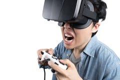 Hombre asiático que juega al juego con VR Fotos de archivo libres de regalías
