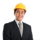 Hombre asiático que lleva el casco de protección amarillo Imagen de archivo libre de regalías
