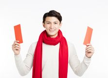 Hombre asiático que muestra el sobre rojo Imagenes de archivo