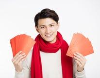 Hombre asiático que muestra el sobre rojo Fotografía de archivo libre de regalías