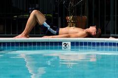 Hombre asiático que pone al lado de piscina Imagen de archivo libre de regalías