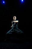 Hombre asiático que practica a Kung Fu imagen de archivo