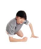 Hombre asiático que se arrodilla en piso Fotos de archivo