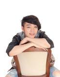 Hombre asiático que se sienta al revés en silla Foto de archivo