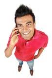Hombre asiático que sonríe usando un teléfono móvil Fotos de archivo libres de regalías