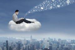 Hombre asiático que trabaja en una nube 1 Imagen de archivo libre de regalías
