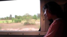 Hombre asiático que viaja en el tren almacen de video