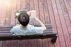 Hombre asiático usando la tableta en vida cotidiana fotos de archivo libres de regalías