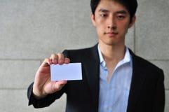 Hombre asi?tico con Namecard en blanco 3 imagen de archivo libre de regalías