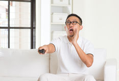 Hombre asiático casual de Shoacked que ve la TV Imagen de archivo